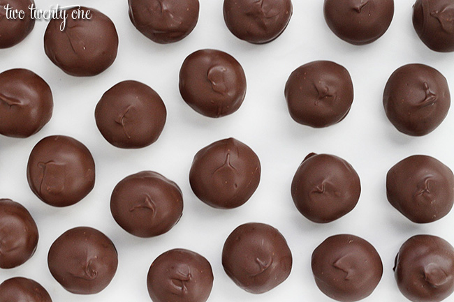 The most amazing chocolate peanut butter balls! Only 5 ingredients!