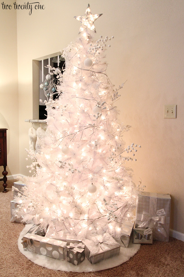 white christmas tree with white and silver decorations - Silver And White Christmas Tree Decorations