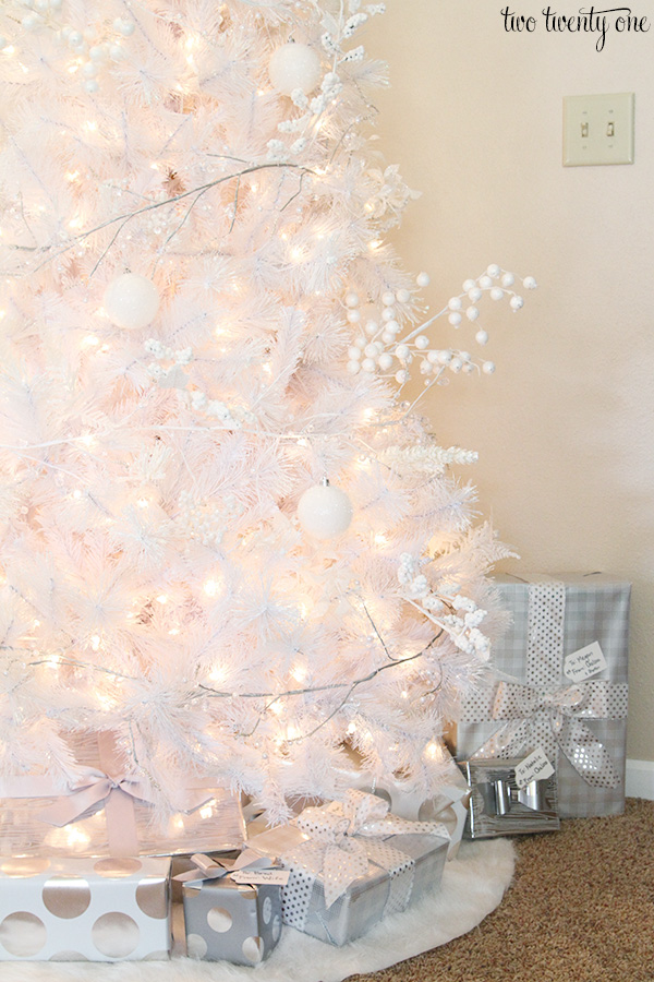 white christmas tree with white and silver decorations - How To Decorate A White And Silver Christmas Tree