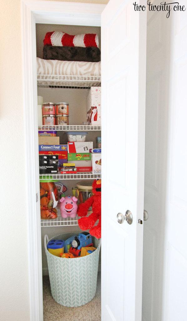 organized-small-closet