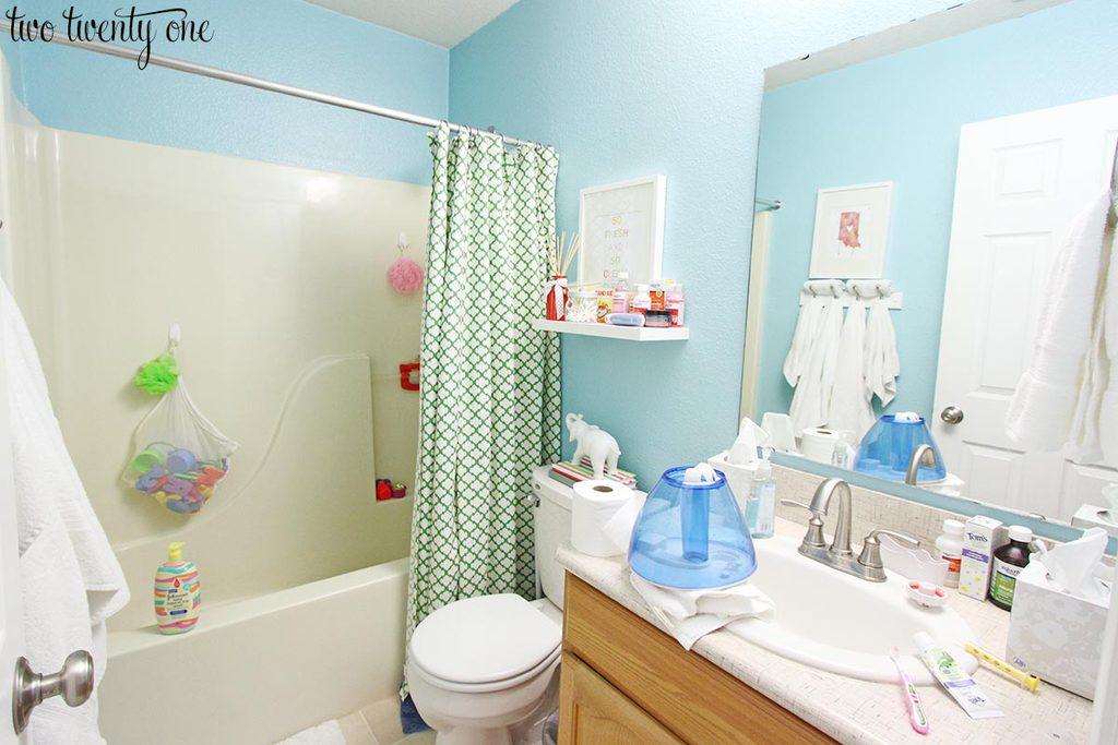 messy-guest-bathroom-1